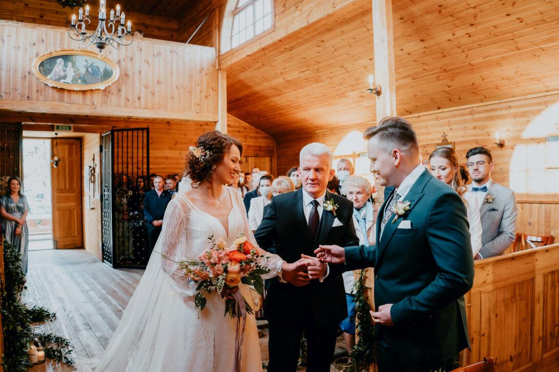 przywitanie pracy przed ołtarzem wesele w namiocie piotr Czyżewski fotograf na ślub Legionowo