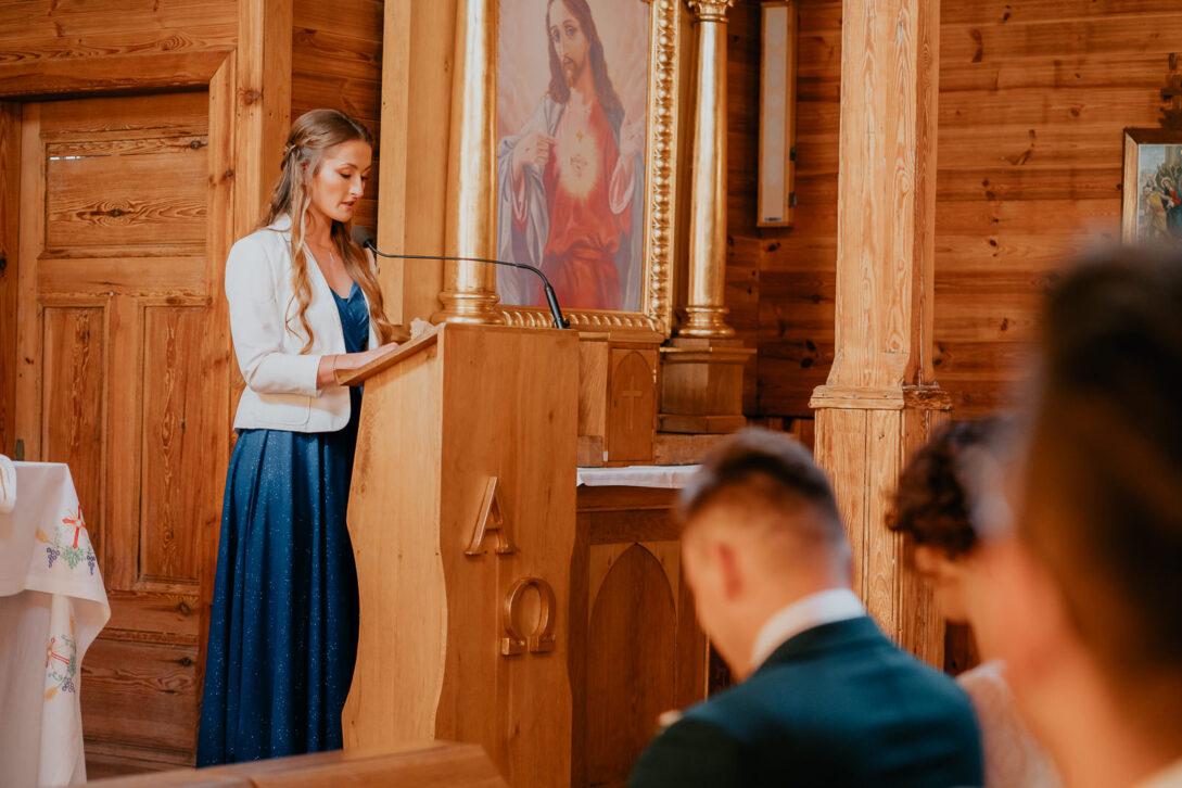 świadkowa czyta w kościele wesele w namiocie piotr Czyżewski fotograf na ślub Legionowo