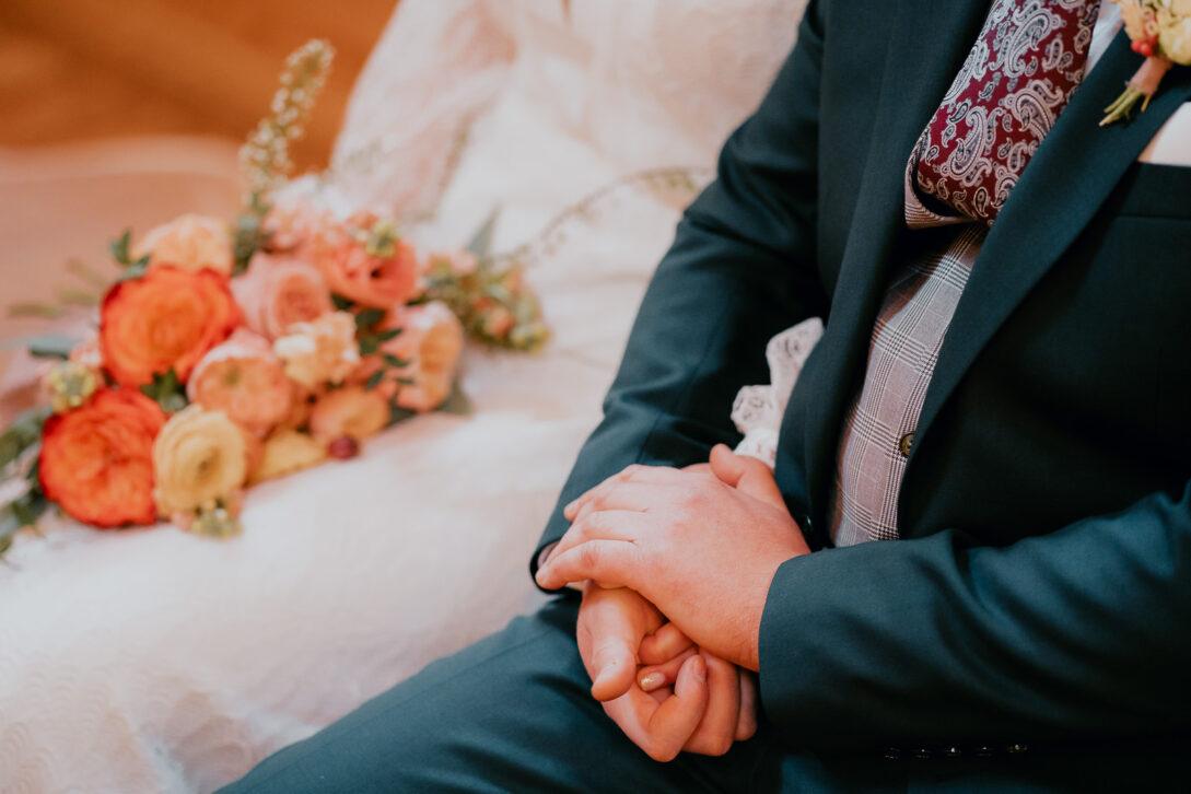 zaplecione dłonie pary młodej wesele w namiocie piotr Czyżewski fotograf na ślub Legionowo
