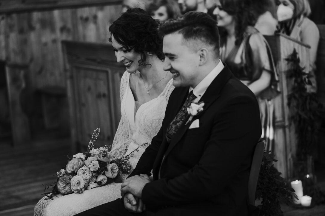 roześmiana para młoda wesele w namiocie piotr Czyżewski fotograf na ślub Legionowo