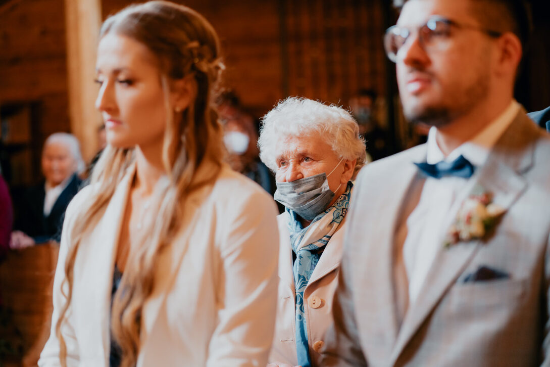 goście w drewnianym kościele wesele w namiocie piotr Czyżewski fotograf na ślub Legionowo