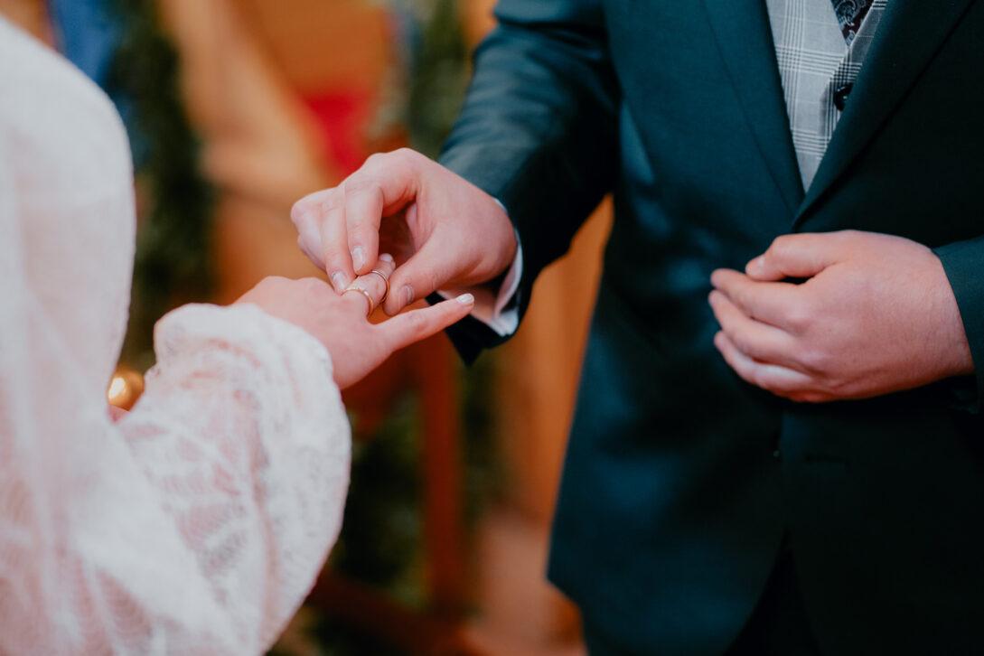 pan młody zakłada zonie obrączkę wesele w namiocie piotr Czyżewski fotograf na ślub Legionowo