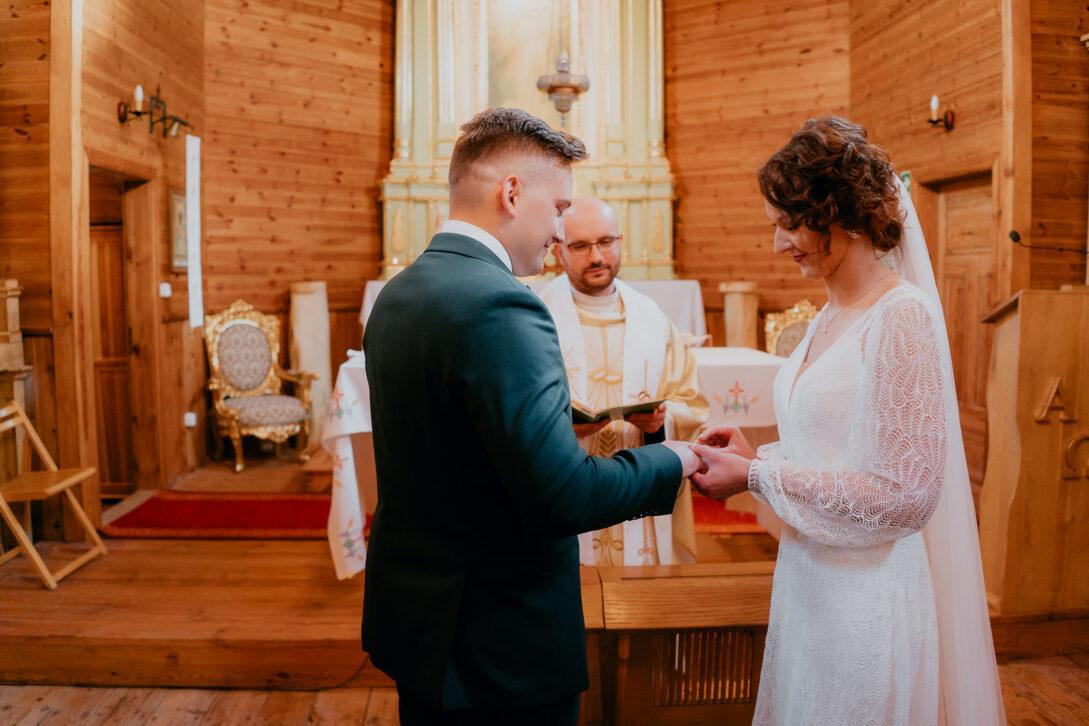 pani młoda zakłada mężowi obrączkę wesele w namiocie piotr Czyżewski fotograf na ślub Legionowo