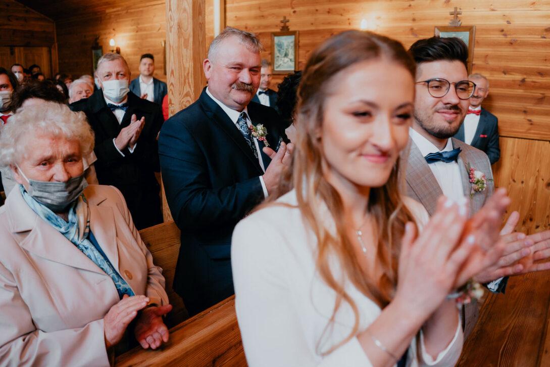 goście biją brawa w kościele wesele w namiocie piotr Czyżewski fotograf na ślub Legionowo