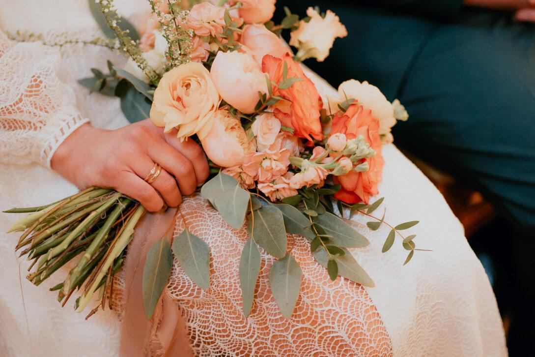 bukiet panny młodej na sukni wesele w namiocie piotr Czyżewski fotograf na ślub Legionowo