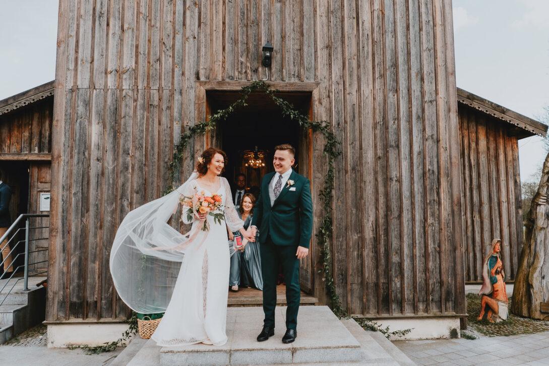 para młoda po wyjściu z kościoła uśmiecha się wesele w namiocie piotr Czyżewski fotograf na ślub Legionowo